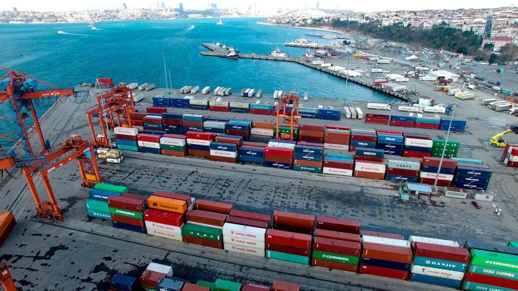 Как осуществляется таможенное оформление при перевозке грузов через границу